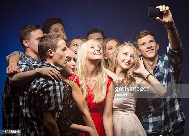 Prenant selfie sur la fête avec des amis
