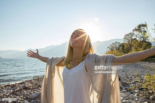 taking the time to breathe it all in - alternatieve geneeswijzen stockfoto's en -beelden