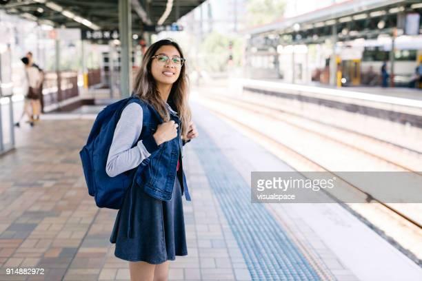 prendre le train en gare de sydney - écolière photos et images de collection