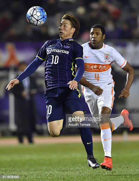 Takuma Asano of Sanfrecce Hiroshima controls the ball during the AFC Champions League Group F match between Sanfrecce Hiroshima and Shandong Lueng FC...