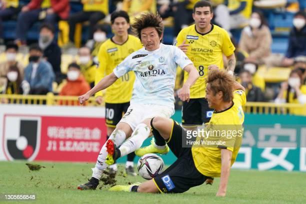 Takuma Ominami of Kashiwa Reysol and Naoki Ishihara of Shonan Bellmare compete for the ball during the J.League Meiji Yasuda J1 match between Kashiwa...
