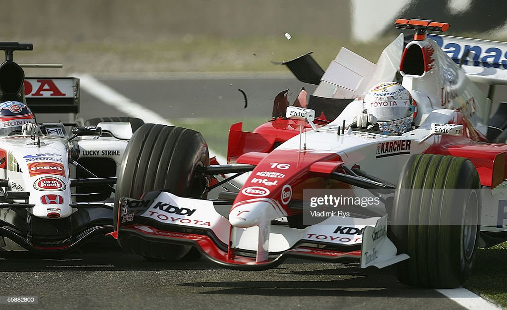 Takuma Sato of Japan and BAR Honda crashes into Jarno Trulli of Italy and Toyota during the F1 Grand Prix of Japan on October 9, 2005 in Suzuka, Japan.
