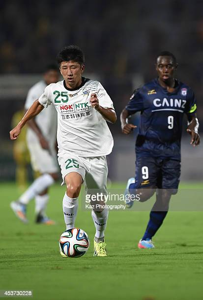Takumi Kiyomoto of FC Gifu dribbles the ball during the J League 2nd division match between Thespakusatsu Gunma and FC Gifu at Shoda Shoyu Stadium...