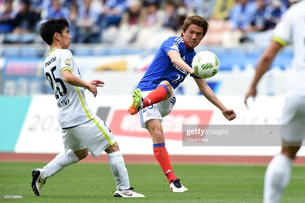 Takumi Shimohira of Yokohama F.Marinos(R) in action during the J.League match between Yokohama F.Marinos and Sanfrecce Hiroshima at the Nissan Stadium on April 24, 2016 in Yokohama, Kanagawa, Japan.