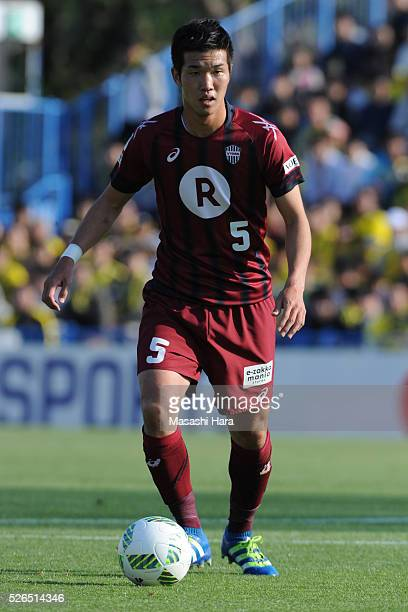 Takuya Iwanami of Vissel Kobe in action during the JLeague match between Kashiwa Reysol and Vissel Kobe at the Hitachi Kashiwa soccer stadium on...
