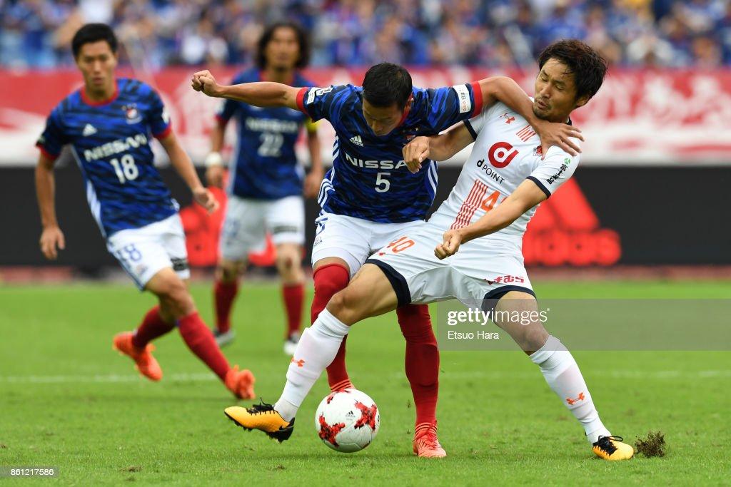 Takuya Kida of Yokohama F.Marinos and Akimi Barada of Omiya Ardija compete for the ball during the J.League J1 match between Yokohama F.Marinos and Omiya Ardija at Nissan Stadium on October 14, 2017 in Yokohama, Kanagawa, Japan.