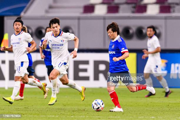 Takuya Wada of Yokohama Marinos runs with the ball during the AFC Champions League Round of 16 match between Yokohama F.Marinos and Suwon Samsung...