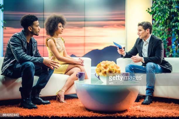 アフリカ系アメリカ人の有名人のカップルにインタビュー トークショーのホスト - トーク番組司会者 ストックフォトと画像