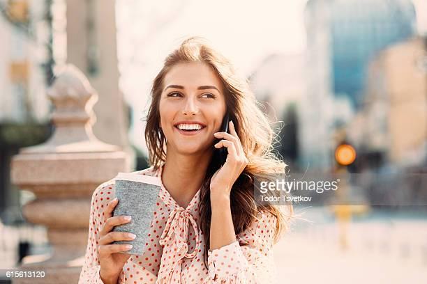 parla al telefono  - caffè bevanda foto e immagini stock