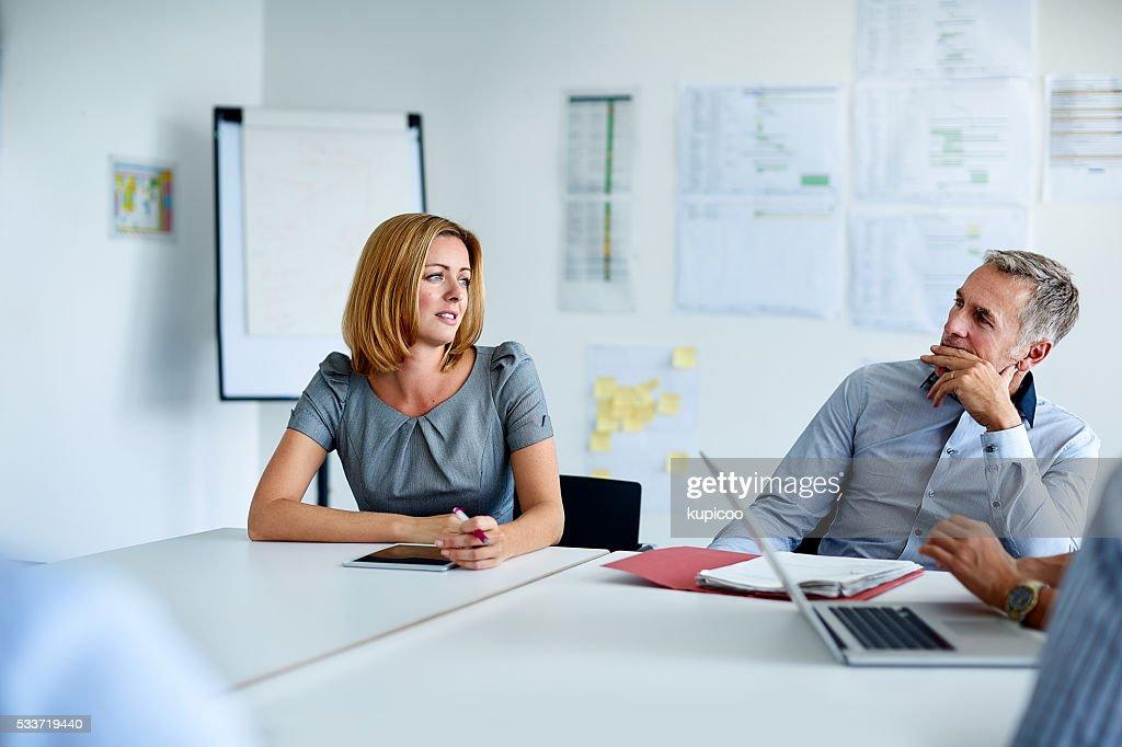 Parlando strategia nella sala riunioni : Foto stock