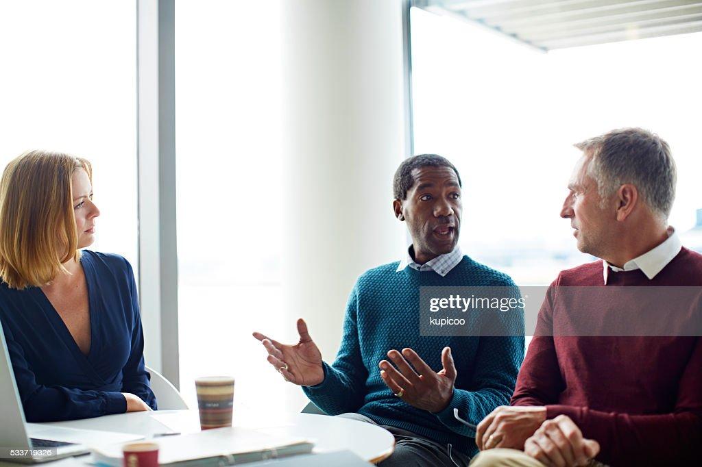 Parlando di strategia con il suo squadra : Foto stock