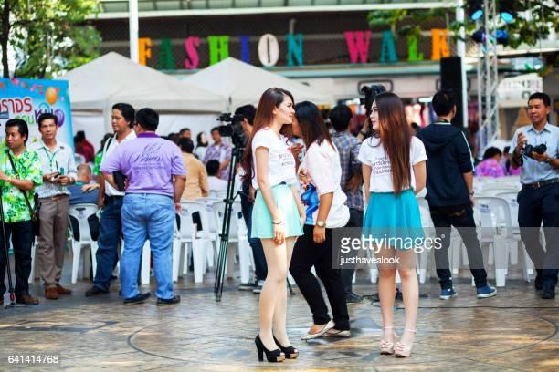 talar thailändska flickor och polisen utbildning evenemang vid victory monument - menschengruppe bildbanksfoton och bilder