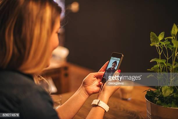 gespräch mit ihren lieben - video call stock-fotos und bilder