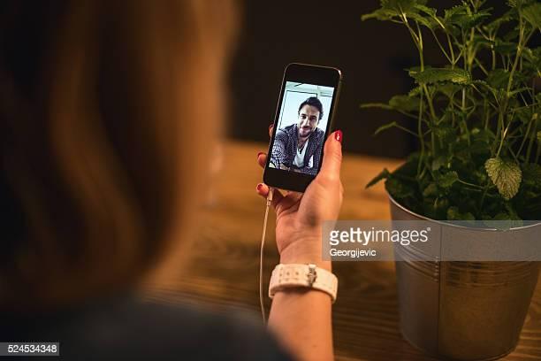 gespräch mit einem freund - video call stock-fotos und bilder