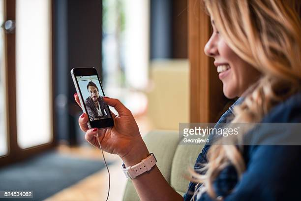 gespräch mit einem alten freunden - video call stock-fotos und bilder
