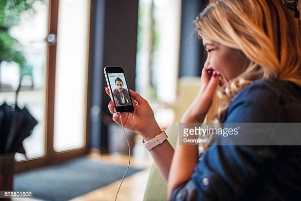 skypen mit freund - video call stock-fotos und bilder