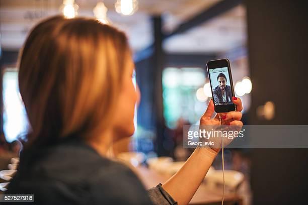 gespräch mit freunden - video stock-fotos und bilder