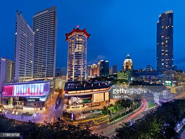 tall buildings lighted up - orchard road fotografías e imágenes de stock