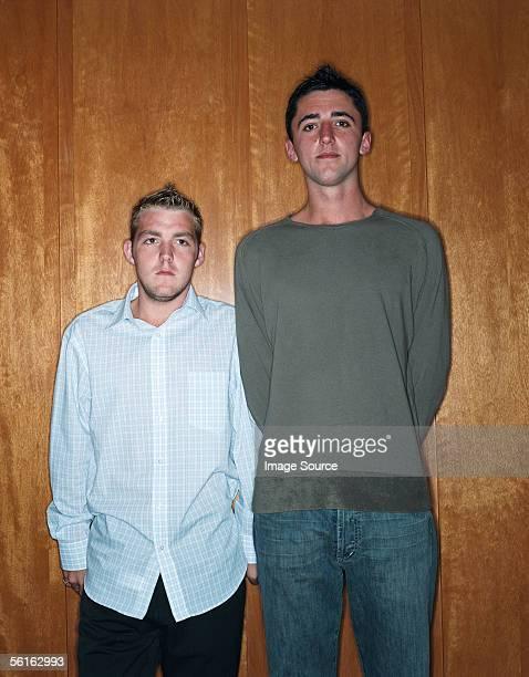 tall man and short man - lang lengte stockfoto's en -beelden
