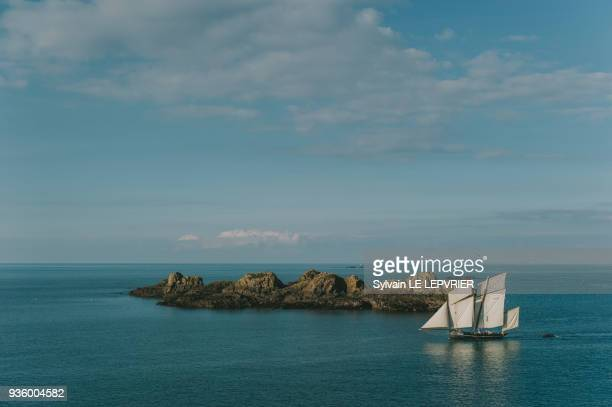 grand voilier sur la mer - dinard stock pictures, royalty-free photos & images