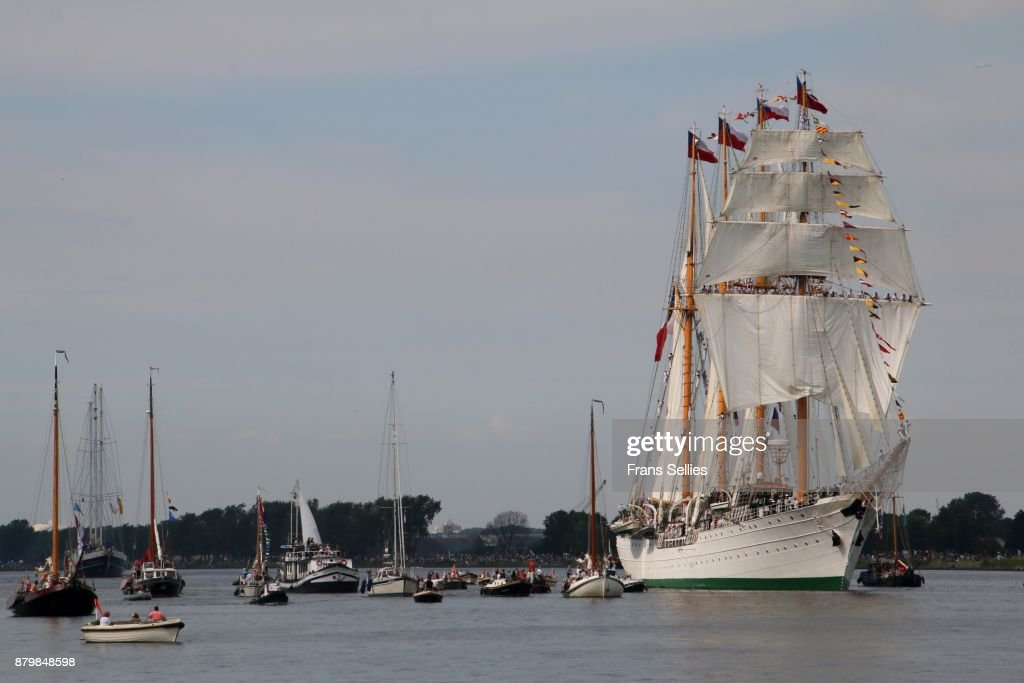 A tall ship escorted by smaller ships on its way to Amsterdam : Stockfoto