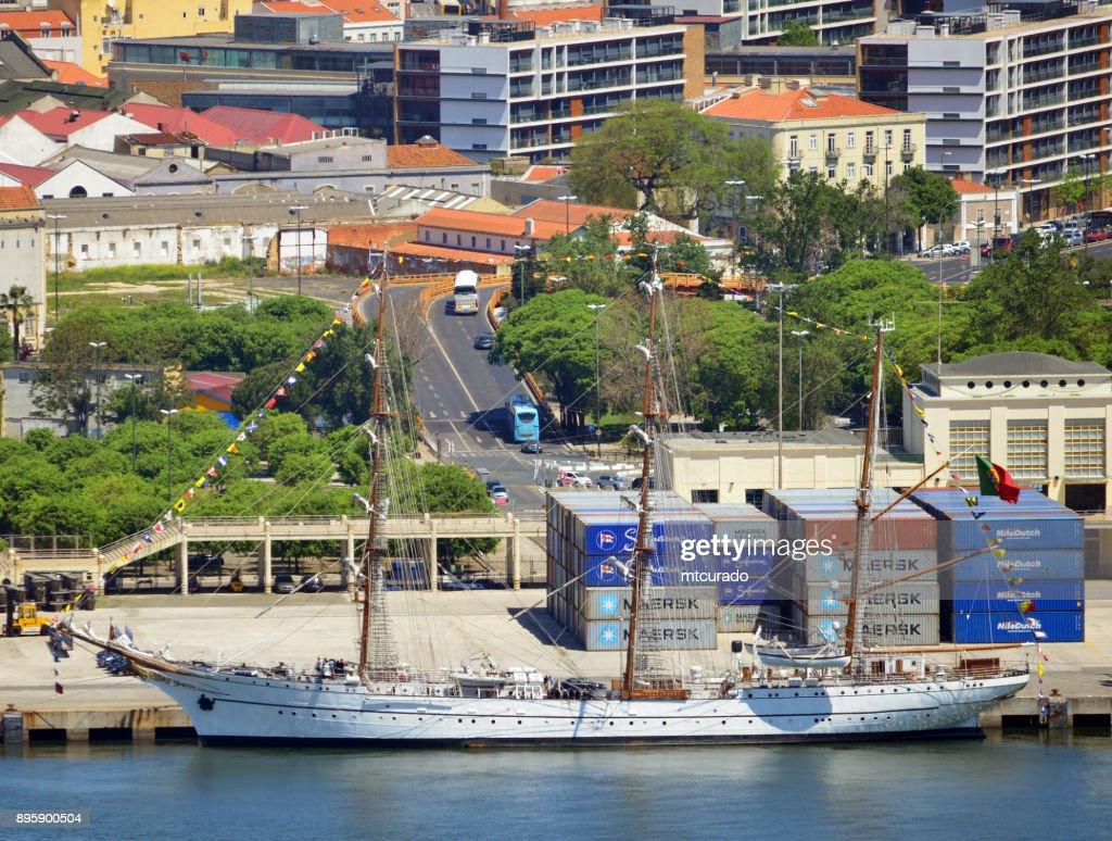 背の高い船 NRP サグレス ドッキング - テージョ川、リスボン、ポルトガル : ストックフォト