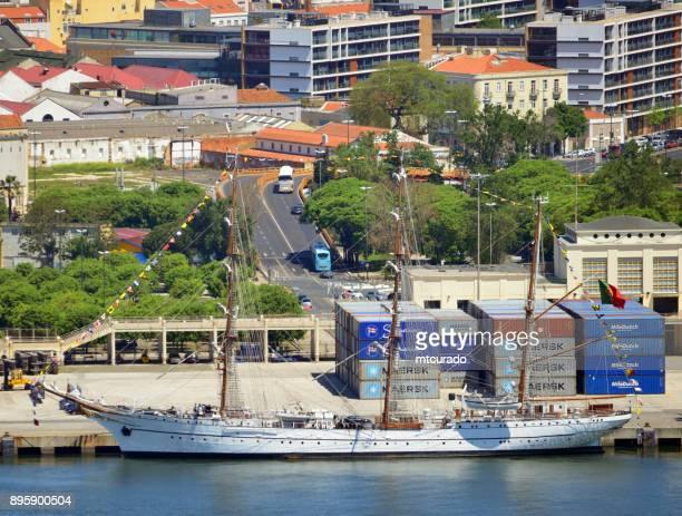 背の高い船 nrp サグレス ドッキング - テージョ川、リスボン、ポルトガル - ザグレス ストックフォトと画像