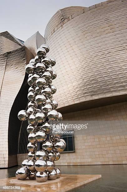 """tall baum und das auge"""" von anish kapoors ausstellung inspirieren lassen."""" - guggenheim museum bilbao stock-fotos und bilder"""