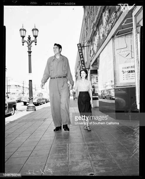 Tallest man in the world 12 August 1952 Max Palmer 8 feet 1 inch tallEvelyn Meredith 5 feet tallMorris Schwartz 4 feet 10 inches tall