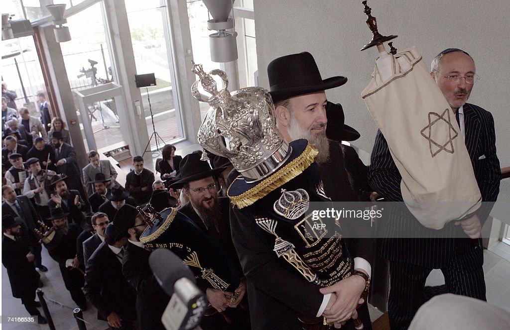 Israel's Chief Rabbi Rav Metzger(1L) and... : News Photo