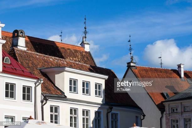 tallinn old town roofs - estonia, europe - altbau fassade stock-fotos und bilder