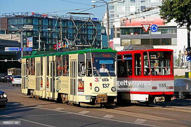 nevski tranvías de pasar en la calle de la ciudad - estonia fotografías e imágenes de stock