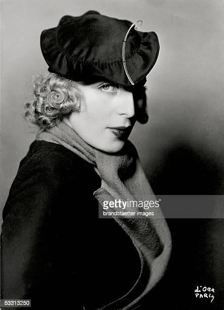 Tamara de Lempicka frenchpolish painter with a hat designed by Rose Descat Paris Photography 1932 [Tamara de Lempicka polnischfranzoesische Malerin...