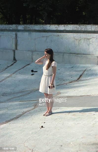 tamara - 白のドレス ストックフォトと画像