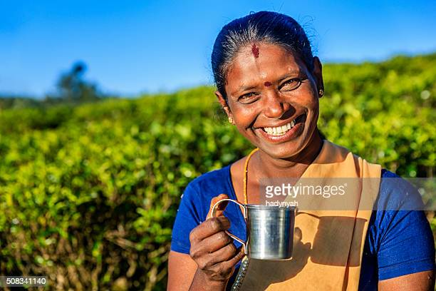 Tamil Frau trinken frische Tee in Plantage, Ceylon