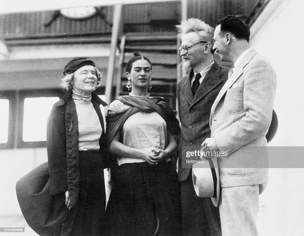 Leon Trotsky with Frida Kahlo : News Photo