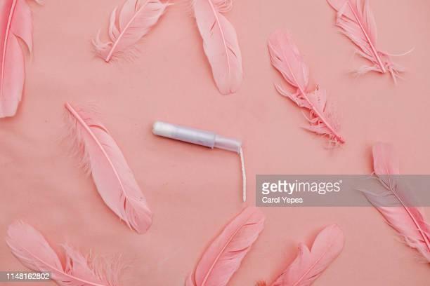tampon and pin feathers.pink color - ciclo de menstruación fotografías e imágenes de stock