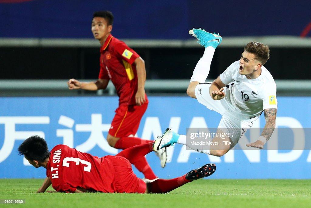 Tan Sinh Huynh tackles Myer Bevan of New Zealand during the FIFA U-20 World Cup Korea Republic 2017 group E match between Vietnam and New Zealand at Cheonan Baekseok Stadium on May 22, 2017 in Cheonan, South Korea.