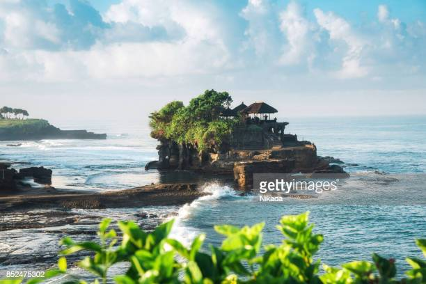 tanah lot, bali water temple - tanah lot stock pictures, royalty-free photos & images