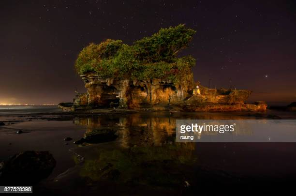 tanah lot by ninght - tanah lot stock pictures, royalty-free photos & images