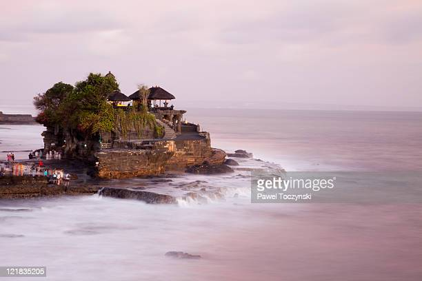 tanah lot temple, bali, indonesia. - tanah lot stock pictures, royalty-free photos & images