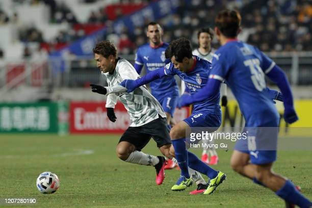 Tanaka Junya of Vissel Kobe in action during the AFC Champions League Group G match between Suwon Samsung Bluewings and Vissel Kobe at the Suwon...