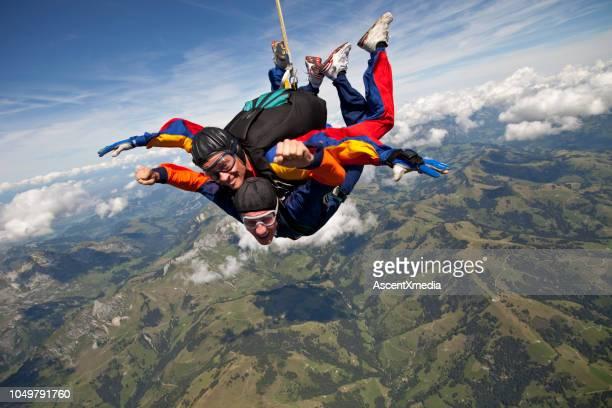 タンデム スカイダイバー山上空の高尚なを介して突入します。