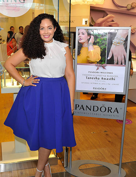 Fotos und bilder von pandora jewelry in store event with for Fashion valley jewelry stores