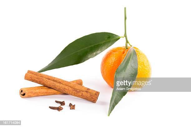 mandarine nelken und zimt-stöcke und - gewürznelke stock-fotos und bilder
