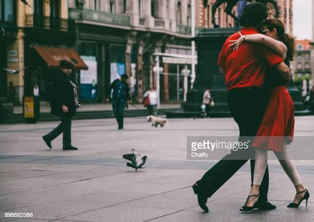 tango-tänzer am jelačić platz - tango tanz stock-fotos und bilder