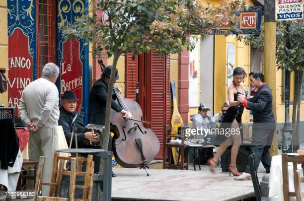 danseurs de tango à buenos aires - buenos aires photos et images de collection