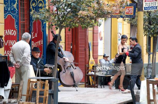 tango dancers in caminito argentina - buenos aires stock pictures, royalty-free photos & images