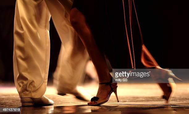 tango pose - tango tanz stock-fotos und bilder