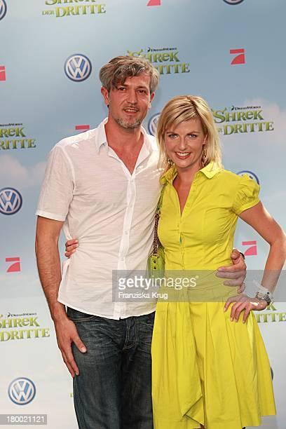 """Tanja Bülter Mit Freund Nenad Drobnjak Bei Der """"Shrek Der Dritte"""" Premiere Im Sony Center In Berlin Am 080607 ."""